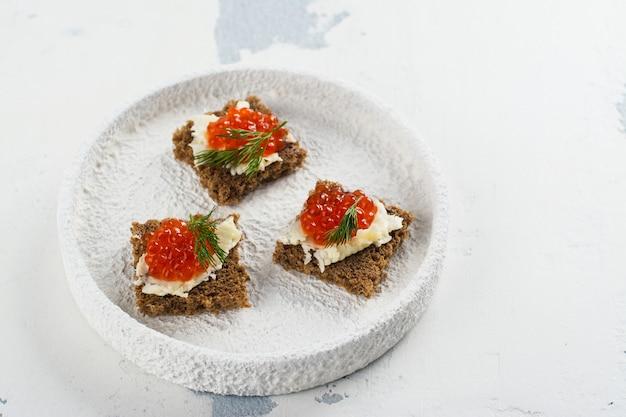 Pequenos lanches canape com caviar vermelho