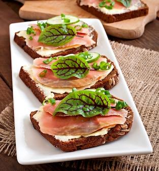 Pequenos lanches sanduíches com salmão salgado