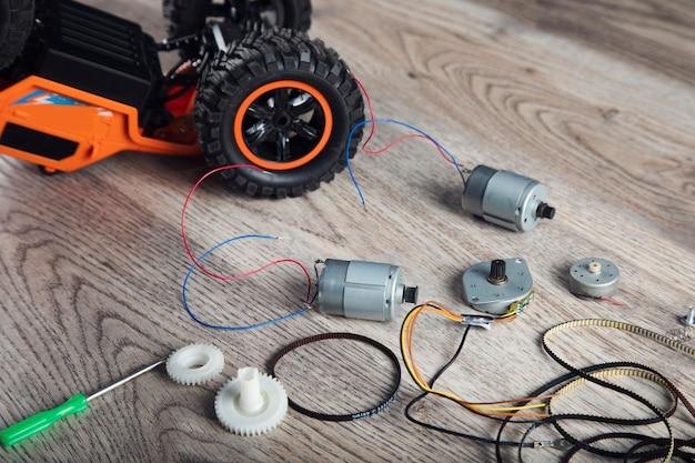 Pequenos motores elétricos e carrinho de brinquedo na mesa