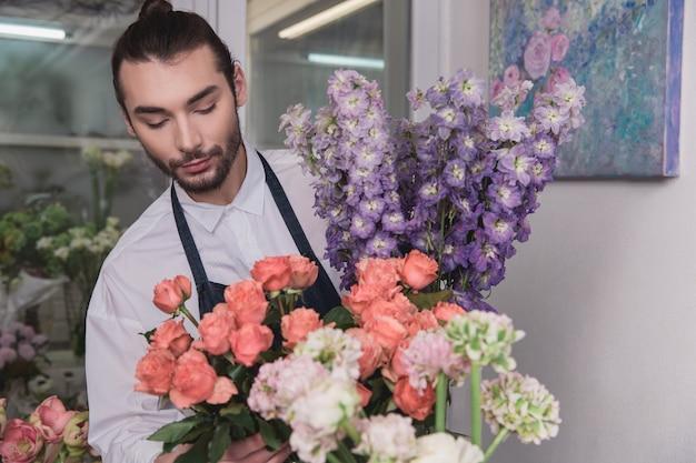 Pequenos negócios. florista masculina na loja de flores.