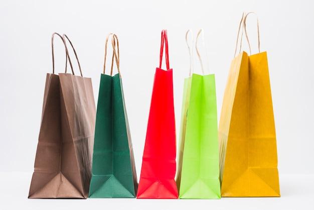 Pequenos pacotes de compras brilhantes com alças