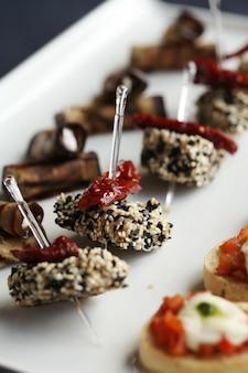 Pequenos petiscos gourmet em um prato