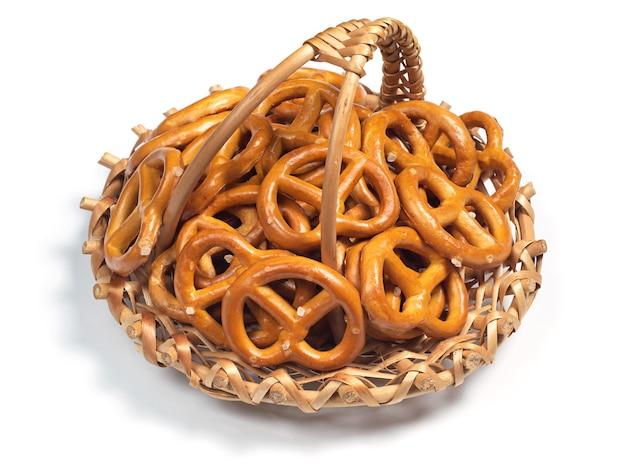Pequenos pretzels salgados na cesta