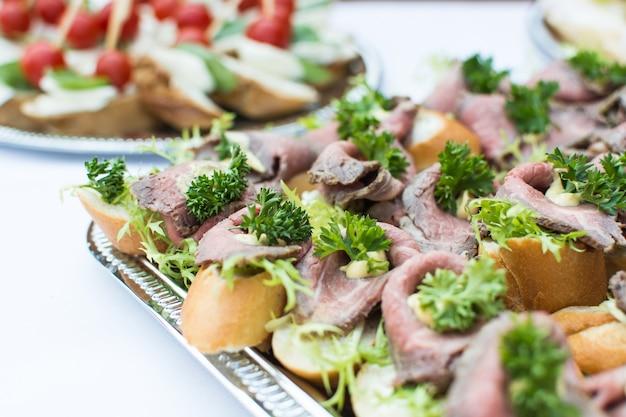 Pequenos sanduíches abertos na festa de jardim