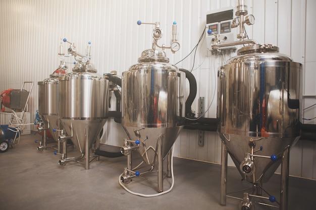 Pequenos tanques de cerveja na microcervejaria, copie o espaço