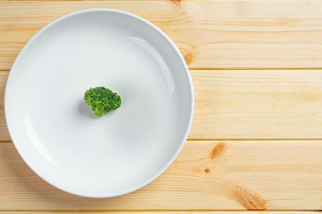 Pequenos vegetais no prato