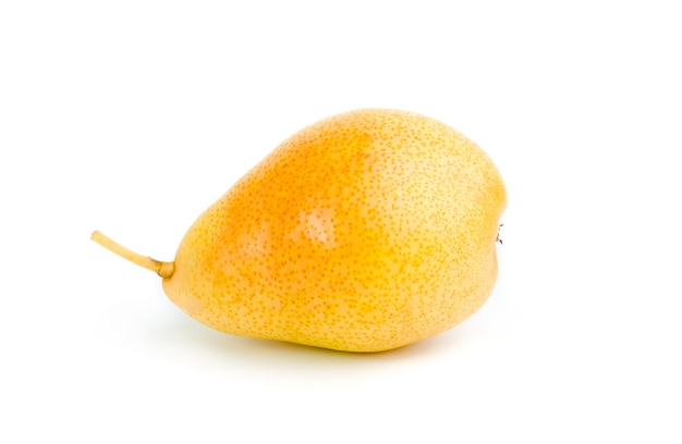 Pêra amarela isolada no branco