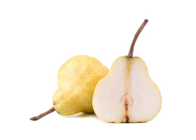 Peras amarelas maduras com folha isolada