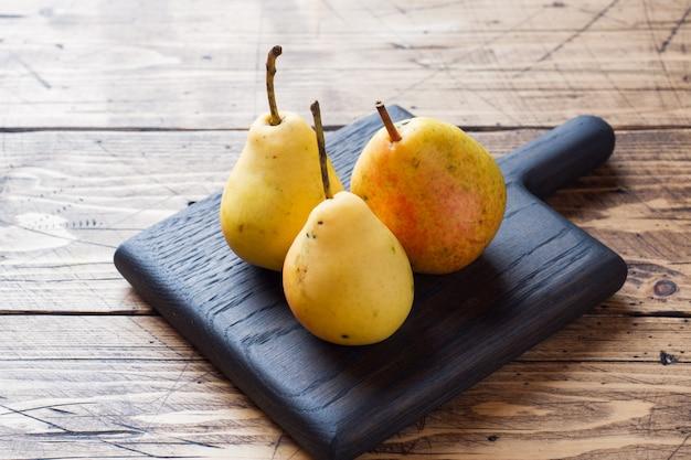 Peras amarelas maduras