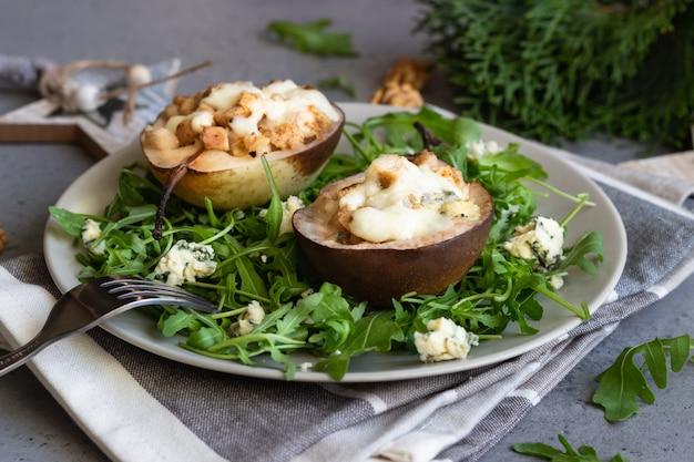 Peras assadas com gorgonzola, frango, nozes e mussarela