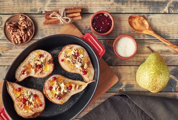 Peras assadas com queijo roquefort, nozes e geléia