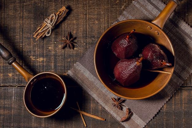 Peras caramelizadas com calda de chocolate