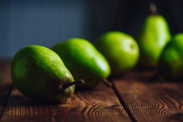 Peras em uma mesa de madeira Foto Premium