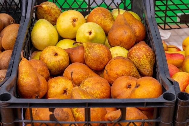 Peras frescas amarelas no mercado. fruta fresca