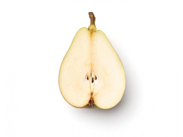 Peras frescas cortadas ao meio isolado no branco