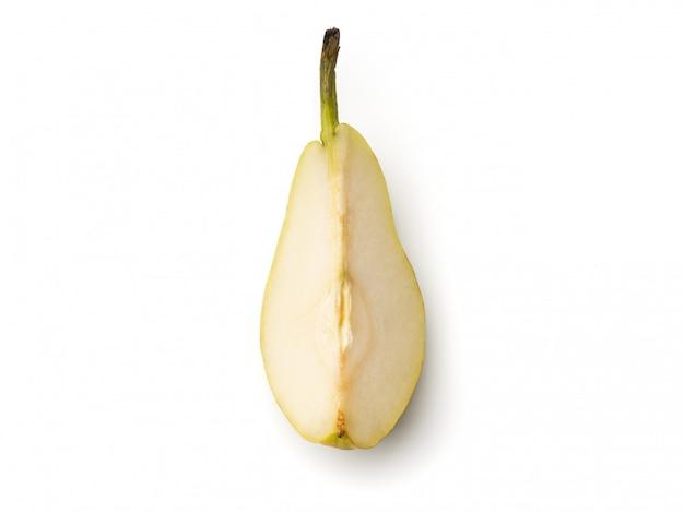 Peras frescas cortadas no quarto isolado no branco