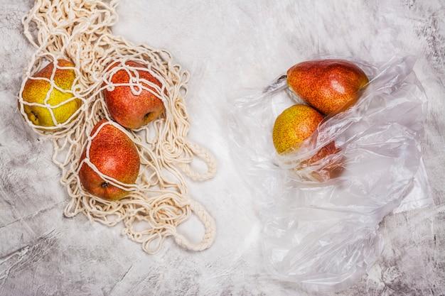 Peras frescas em um saco de malha