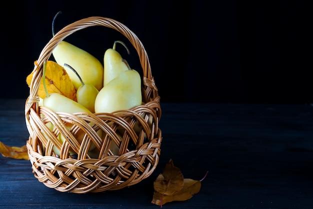 Peras frescas em uma cesta de vime