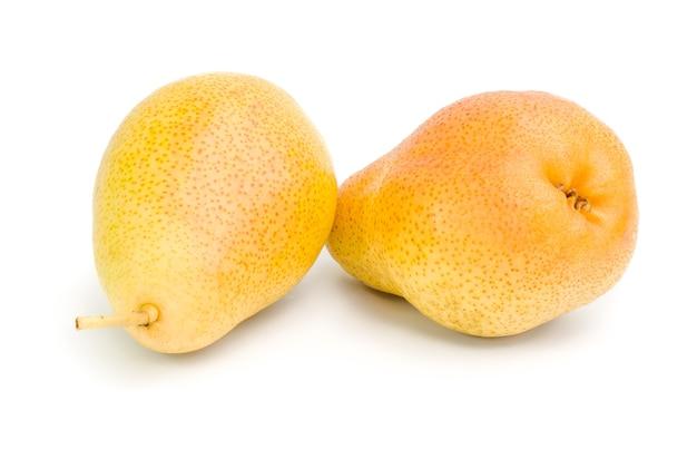 Peras frescas isoladas em branco