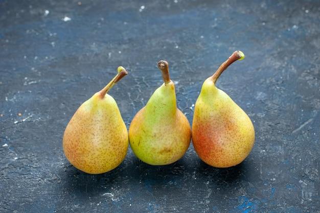 Peras frescas maduras inteiras frutas maduras e doces alinhadas na mesa escura