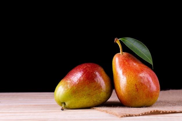 Peras frescas maduras orgânicas em uma mesa de madeira rústica