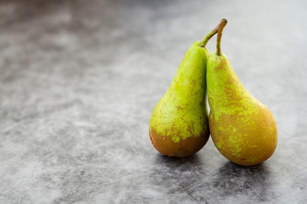 Peras frescas, outono fruitisolated em cinza, com espaço de cópia.