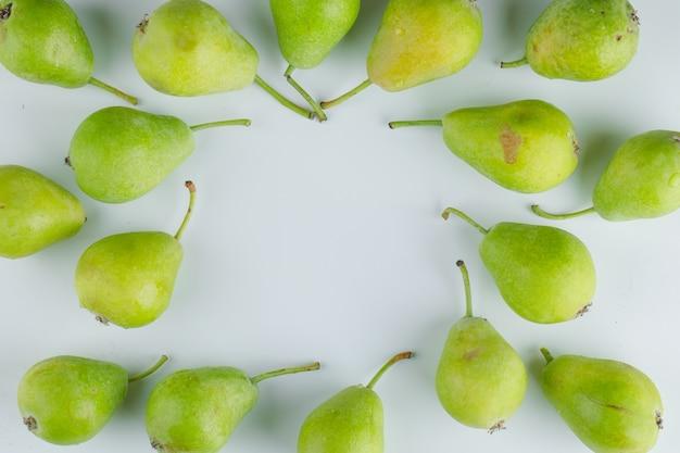 Peras frescas planas colocar em um fundo branco