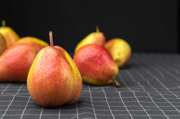 Peras maduras em cima da mesa