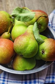 Peras maduras frescas na mesa de madeira
