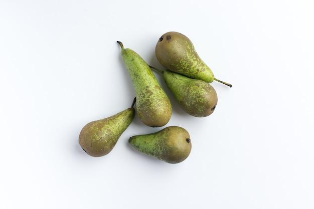 Peras orgânicas frescas em um fundo branco
