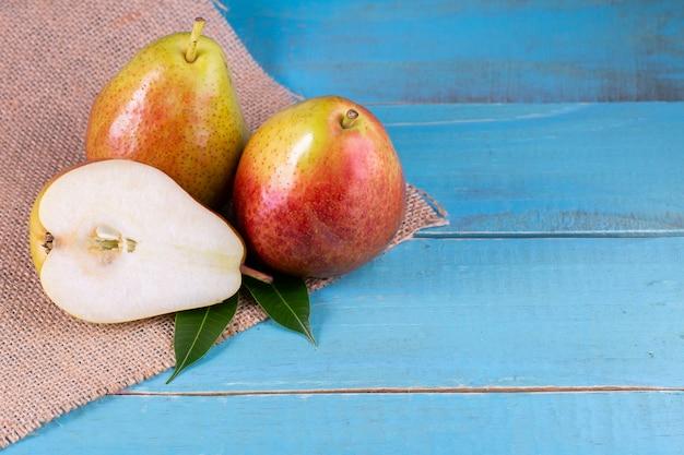 Peras orgânicas maduras frescas na mesa de madeira rústica