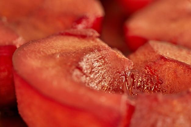 Peras prontas cozidas em calda vermelha com close-up de vinho. macro