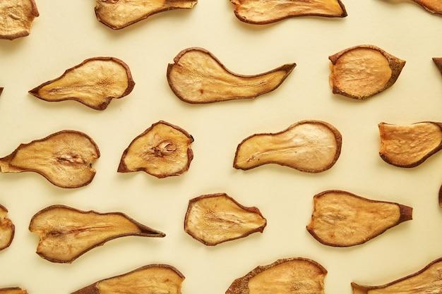 Peras secas em fundo colorido