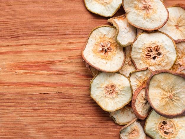 Peras secas em uma velha mesa de madeira, vista superior