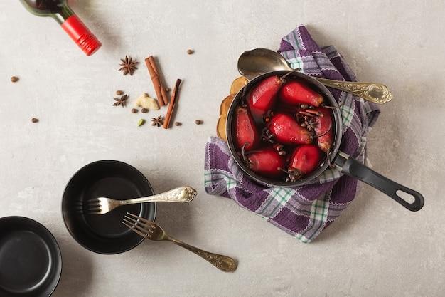 Peras tradicionais do beaujolais da sobremesa na sobremesa do francês das peras caçadas vinho tinto. vinho beaujolais, vista superior