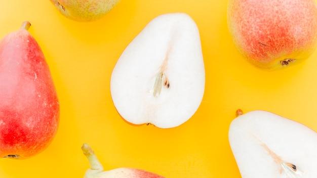 Peras vermelhas maduras com sementes