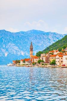Perast - cidade velha na baía de kotor, em montenegro. panorama