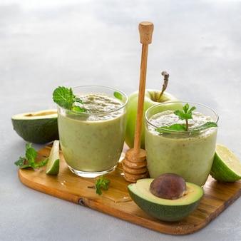 Perda de peso, comer alimentos saudáveis, dieta saudável conceito bebida smoothie verde desintoxicação de abacate limão maçã espinafre