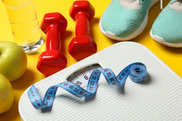 Perda de peso ou acessórios de estilo de vida saudável no chão amarelo