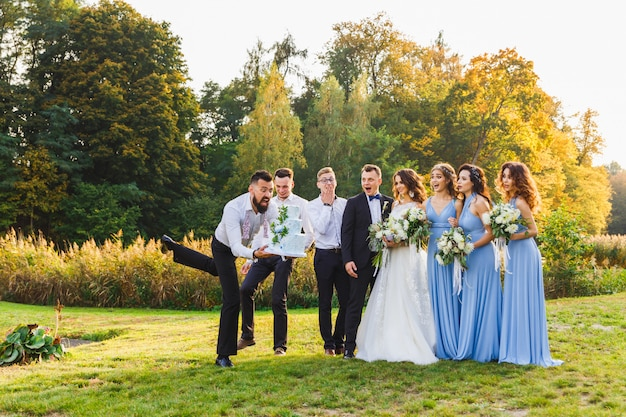 Perdedor cai o bolo de casamento