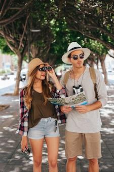 Perdi turistas com mapa e binóculos