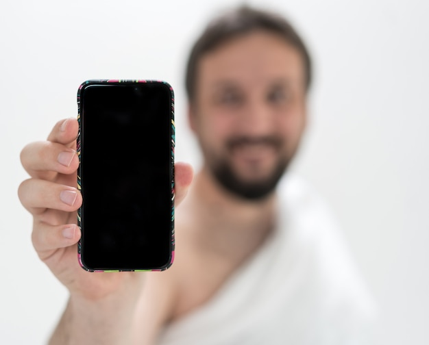 Peregrino masculino muçulmano com telefone móvel