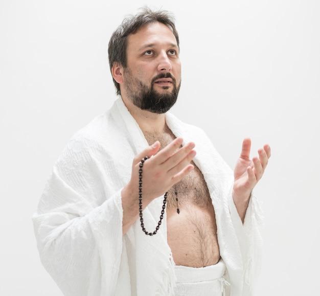 Peregrino muçulmano com roupas de hajj