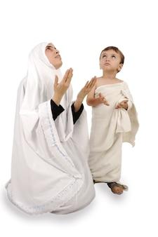 Peregrino muçulmano em roupas tradicionais brancas
