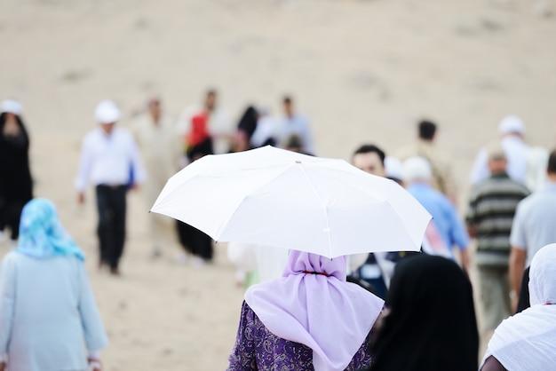 Peregrinos no jabal arafat andando