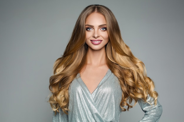 Perfeita mulher atraente com cabelo liso grosso em prata vestido de festa