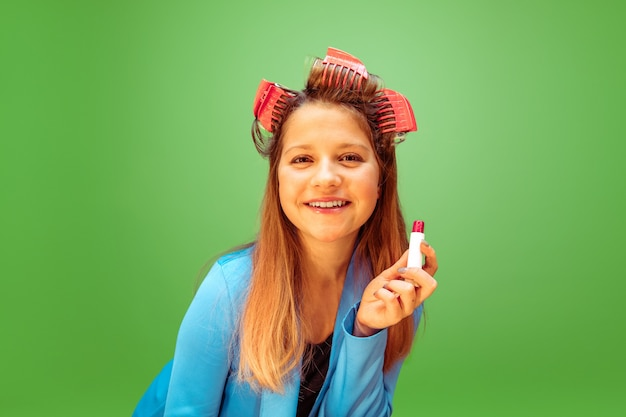 Perfeito. menina adolescente sonhando com a profissão de maquiador. conceito de infância, planejamento, educação e sonho. quer se tornar um funcionário de sucesso na indústria da moda e estilo, artista de penteado.