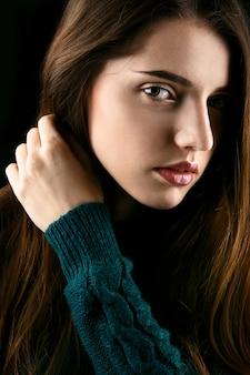Perfil da jovem com cabelos longos e castanhos