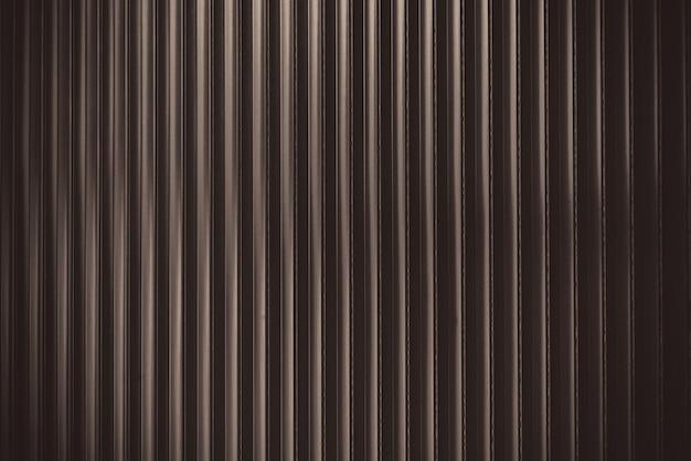 Perfil de chapa metálica com detalhes em marrom escuro