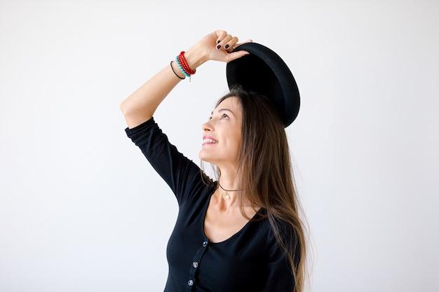 Perfil de close-up da mulher alegre hipster